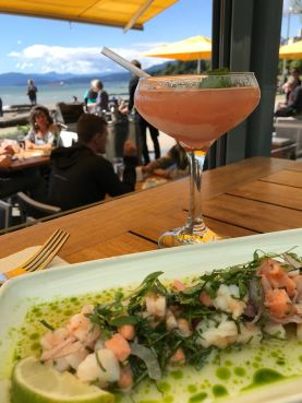 Ceviche e Frosé servidos no Cactus Club Café com vista para English Bay