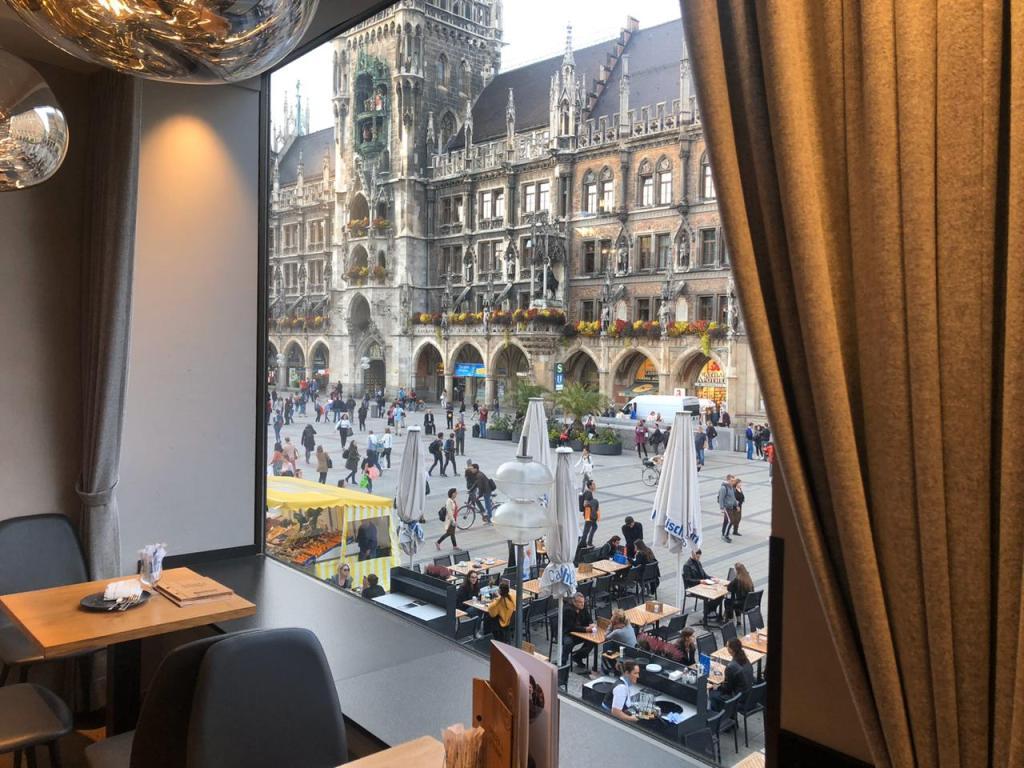 Cafe com vista para a Marienplatz